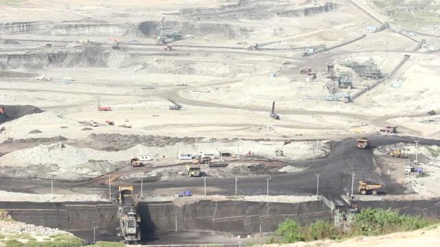 vídeos de stock, filmes e b-roll de grande caminhão de carga mina de carvão - veículo terrestre comercial