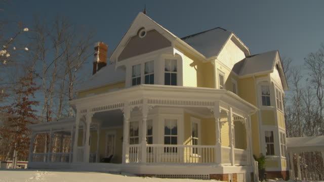 vidéos et rushes de ws td large victorian house covered in snow, richmond, virginia, usa - ensoleillé