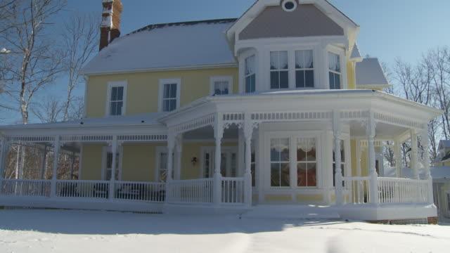 vídeos y material grabado en eventos de stock de ws tu large victorian house covered in snow, richmond, virginia, usa - estilo victoriano