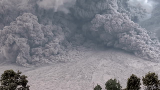 large volcano eruption and pyroclastic flow slow zoom - pyroklastischer strom stock-videos und b-roll-filmmaterial