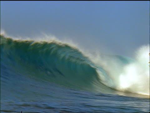 large wave crashing on ocean / maldives islands, indian ocean - 少於10秒 個影片檔及 b 捲影像
