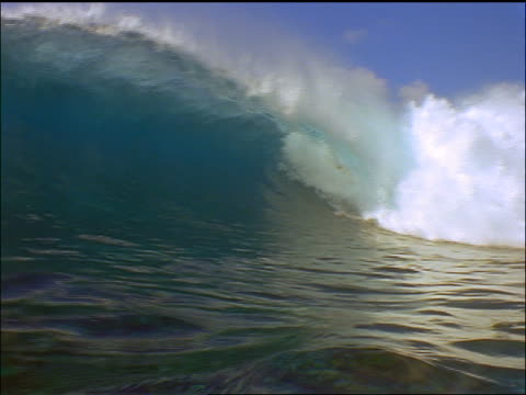 large wave crashing over camera / maldives islands, indian ocean - 少於10秒 個影片檔及 b 捲影像