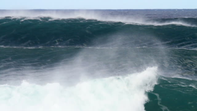 vídeos de stock, filmes e b-roll de ms large wave moving over  outer reefs at pipeline   / haleiwa, hawaii, united states - pipeline wave
