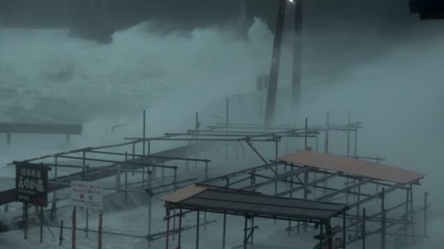 vidéos et rushes de large waves and storm surge lash coast of japan as typhoon hagibis makes landfall - catastrophe naturelle