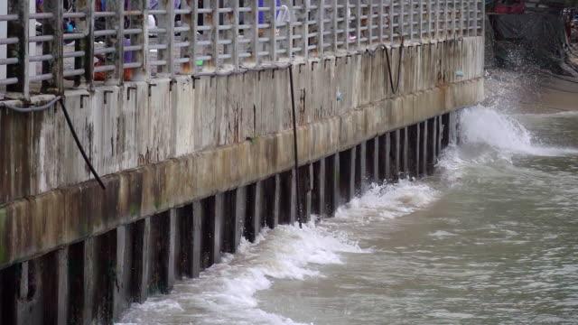 Grandes vagues déferlant contre digue