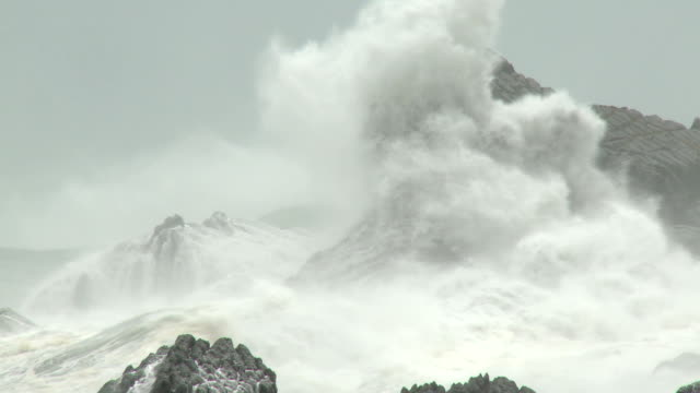 large waves crash ashore in hurricane - hurrikan stock-videos und b-roll-filmmaterial