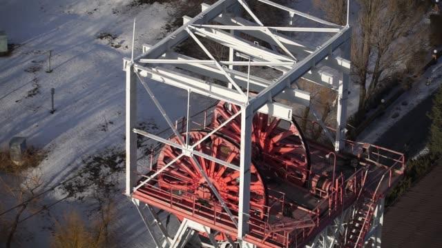 vidéos et rushes de large wheels operate the coal shaft elevator at the pavlogradska coal preparation plant, operated by dtek holdings bv, in pavlograd, ukraine, on... - ukraine