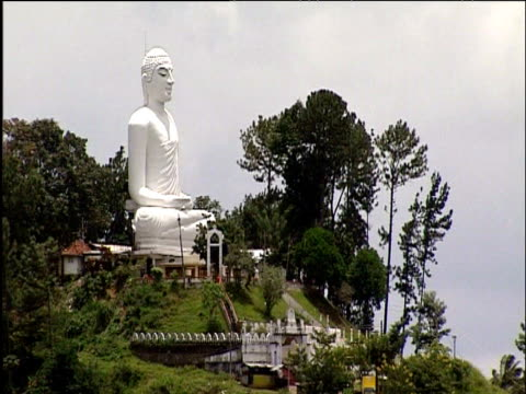 vídeos de stock e filmes b-roll de large white buddha on hill kandy - cultura cingalesa
