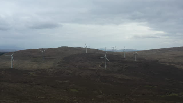vídeos de stock e filmes b-roll de large windmills aerial view - hébridas