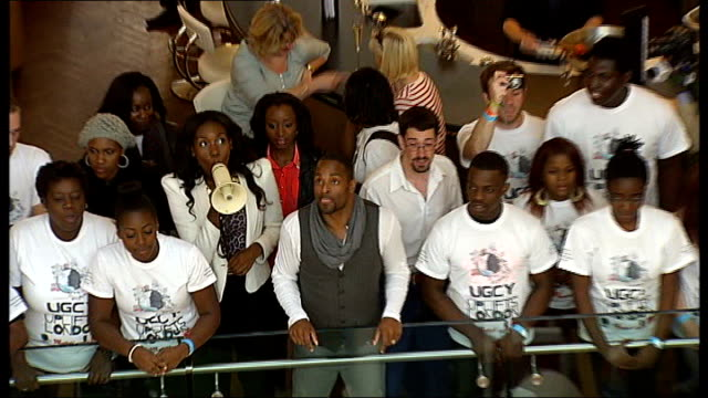 stockvideo's en b-roll-footage met largest gospel choir world record attempt england london stratford westfield shopping centre int high angle views segments of universal gospel choir... - gospelmuziek