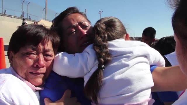 largos abrazos conversaciones apresuradas y lagrimas varias familias mexicanas separadas por las deportaciones de estados unidos se reunieron el... - saying goodbye stock videos & royalty-free footage