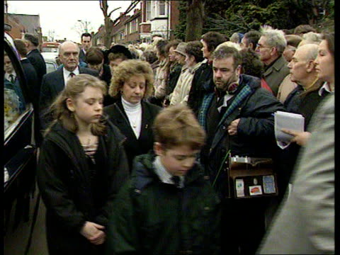 vídeos y material grabado en eventos de stock de warwicks nuneaton ms clerics and members of larry grayson's funeral procesion along towards and past cms people in crowd looking on bv funeral... - isla st clair