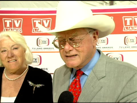 larry hagman on what worked so well with the 'dallas' show and on his opinion of modern day television shows at the 2006 tv land awards at barker... - バーカーハンガー点の映像素材/bロール