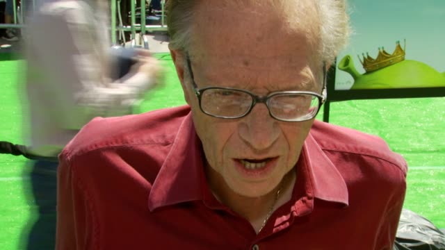 vídeos y material grabado en eventos de stock de larry king on his role as 'doris', the experience of working on the film at the 'shrek the third' premiere at the mann village theatre in westwood,... - mann village theatre