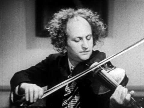 larry of the 3 stooges playing violin / feature - einzelner mann über 30 stock-videos und b-roll-filmmaterial