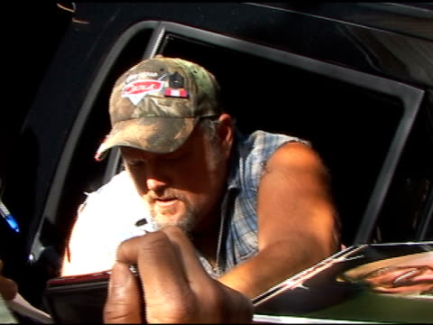 vídeos y material grabado en eventos de stock de larry the cable guy signs autographs for fans as he departs 'live with regis & kelly' in new york 06/15/11 - autografiar