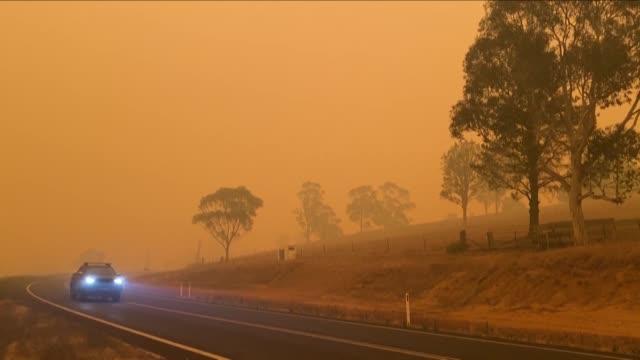 las autoridades australianas evaluaban este domingo los danos considerables provocados por los incendios forestales al dia siguiente de una jornada... - numero stock videos & royalty-free footage