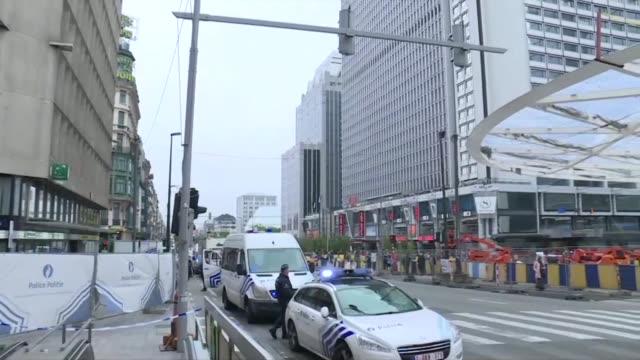 las autoridades de bruselas acordonaron un centro comercial este martes luego de detener a un sospechoso con un falso cinturon de explosivos que tras... - centro comercial stock videos & royalty-free footage