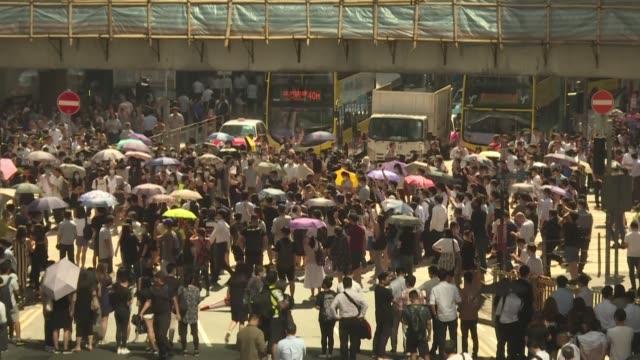 las autoridades de hong kong se apoyaron el viernes en una ley de emergencia para prohibir el uso de mascaras durante las protestas y disuadir asi a... - levantando stock videos & royalty-free footage
