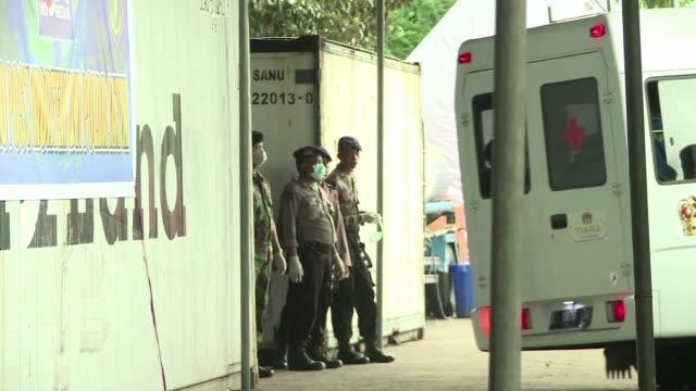las autoridades de indonesia extendieron este lunes la busqueda de los pasajeros que viajaban a bordo del vuelo 8501 de air asia accidentado en... - personas stock videos & royalty-free footage