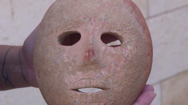 las autoridades de israel presentaron el miercoles una mascara de piedra de hace 9000 anos asociada al desarrollo del culto de los ancestros y... - hombres stock videos & royalty-free footage