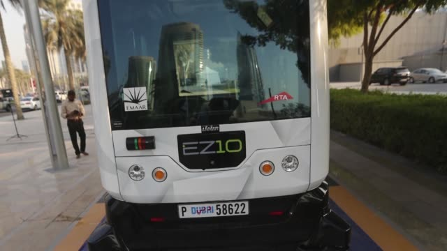 stockvideo's en b-roll-footage met las autoridades de los emiratos arabes unidos pusieron a prueba un sistema de coches autonomos con recorridos programados en dubai con la meta de... - transporte