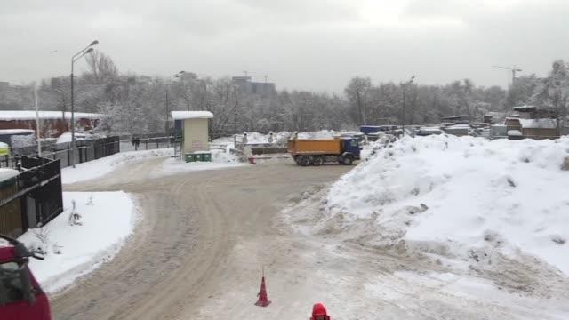 Las autoridades de Moscu intentaban el lunes despejar las calles de nieve ante la mayor nevada en la ciudad en 100 anos