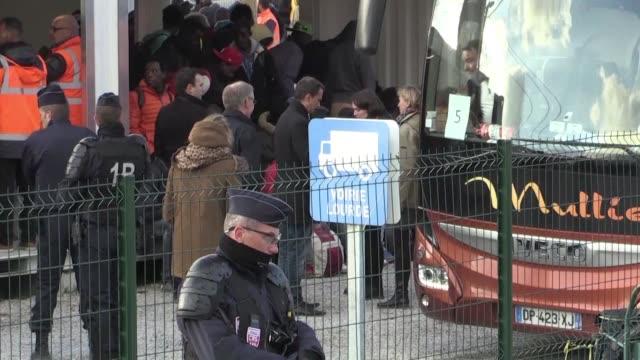 las autoridades francesas comenzaron el miercoles a llevar a los 1500 menores de edad que vivian en el campamento de migrantes de calais hacia... - reino unido stock videos & royalty-free footage