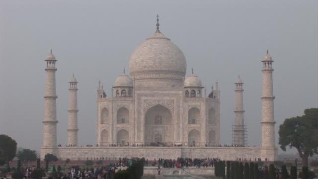 las autoridades indias limitaran el numero de visitantes diarios al taj mahal el monumento más famoso del pais - numero stock videos & royalty-free footage