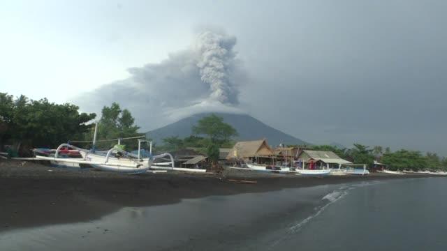 Las autoridades indonesias decidieron el martes prolongar el cierre del aeropuerto internacional de la turistica isla de Bali por segundo dia...