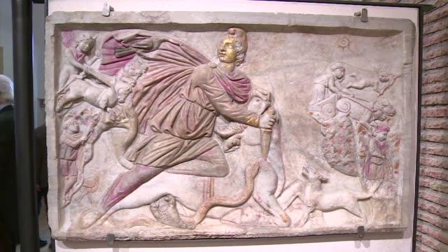 las autoridades italianas informaron este miercoles de la recuperacion de mas de 5000 obras de arte de la epoca romana valoradas en unos 58 millones... - arqueologia stock videos & royalty-free footage