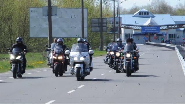 las autoridades polacas impidieron este lunes la entrada a diez motociclistas rusos que formaban parte de una caravana que tiene planeado realizar... - entrada stock videos and b-roll footage