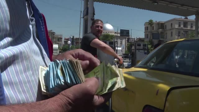las autoridades sirias suprimieron progresivamente unos 15 retenes en las grandes arterias que provocaban enormes embotellamientos luego de que las... - umgeben stock-videos und b-roll-filmmaterial