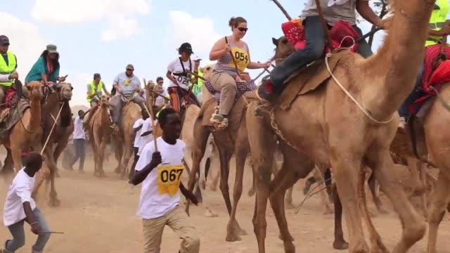 las carreras de camellos en el norte de kenia son una de las ultimas iniciativas para intentar revitalizar la industria turistica golpeada por el... - terrorismo stock videos & royalty-free footage
