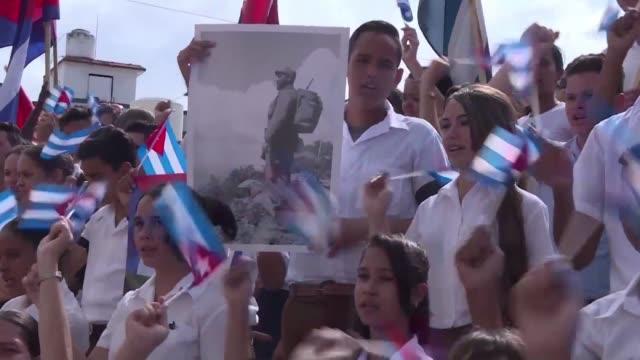 Las cenizas de Fidel Castro continuaron su recorrido por 13 de las 15 provincias de Cuba el viernes en su camino a Santiago de Cuba donde...