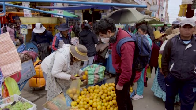 las ciudades vecinas de el alto y la paz son el reflejo de una bolivia polarizada en la campaña de los comicios del 18 de octubre pues una se inclina... - refraction stock videos & royalty-free footage