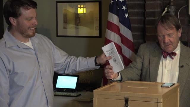 vídeos y material grabado en eventos de stock de las elecciones presidenciales de estados unidos arrancaron el martes en pequena escala con el voto de siete personas de dixville notch un pequeno... - ee.uu