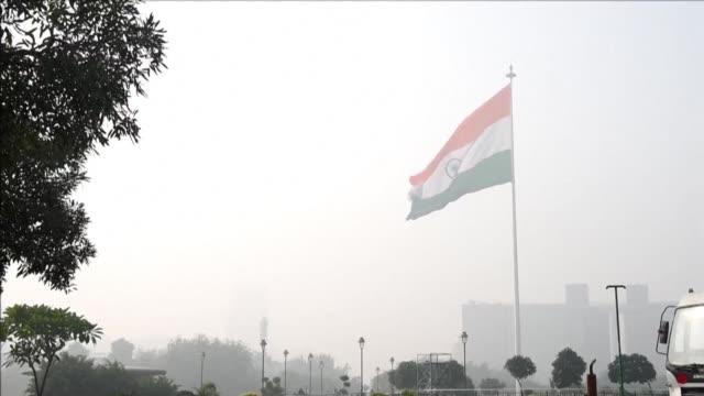 vídeos de stock e filmes b-roll de las escuelas de nuev delhi continuaban cerradas el martes como parte de una serie de medidas adoptadas por las autoridades de la capital india ante... - parte de una serie