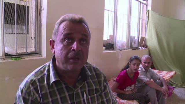 vídeos de stock, filmes e b-roll de las escuelas del kurdistan iraqui sirven de refugio para los desplazados cristianos que huyen del estado islamico - irak