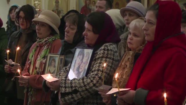 las familias de las victimas del atentado del metro de san petersburgo que dejo 13 muertos comenzaban el jueves a enterrar a sus allegados en el... - día stock videos & royalty-free footage