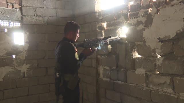 stockvideo's en b-roll-footage met las fuerzas de elite iraquies retomaron el viernes la ofensiva contra la ciudad de mosul ultimo bastion del grupo estado islamico en irak donde segun... - isis execution