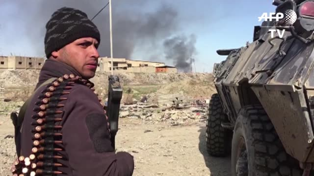 vídeos de stock, filmes e b-roll de las fuerzas de intervencion rapida y la policia federal de irak continuaban su avance al oeste de mosul el sabado en medio de crecientes combates... - irak