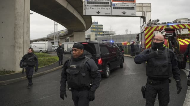 Las fuerzas de seguridad abatieron el sabado a un hombre que intento quitar un arma a un militar de patrulla en el aeropuerto de Orly al sur de Paris...