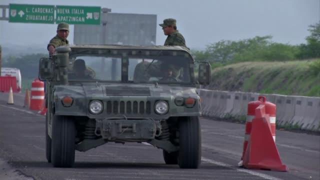 las fuerzas de seguridad mexicanas intentan recuperar el control en el convulso estado de michoacan luego de la mas cruenta jornada por... - michoacán video stock e b–roll