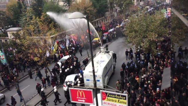 las fuerzas del orden turcas cargaron contra manifestantes que rechazaban el arresto de varios diputados prokurdos en un clima represivo al que se... - diario stock videos and b-roll footage