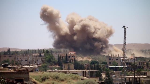 stockvideo's en b-roll-footage met las fuerzas del regimen sirio lanzaron el martes una ofensiva contra los rebeldes en la ciudad de deraa tras una semana de bombardeos contra los... - bombardement