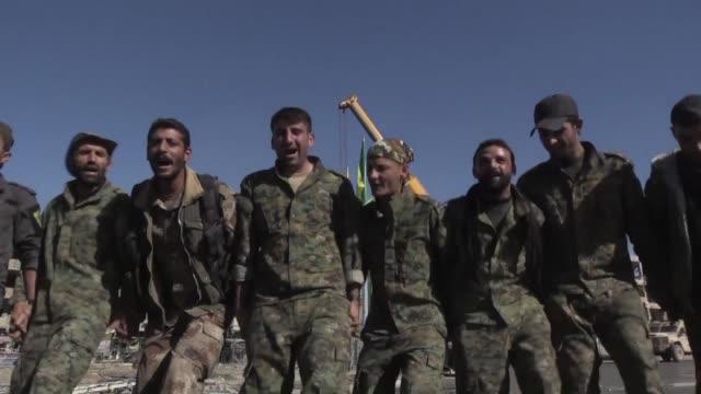 las fuerzas democraticas sirias apoyadas por estados unidos celebraron el miercoles en raqa su victoria sobre el grupo yihadista estado islamico en... - syrian democratic forces stock videos & royalty-free footage