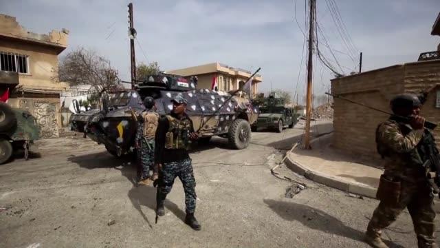 vídeos de stock, filmes e b-roll de las fuerzas gubernamentales iraquies anunciaron el lunes que lograron controlar un primer puente sobre el rio tigris en mosul en el noveno dia de su... - irak