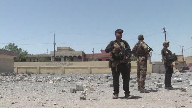 vídeos de stock, filmes e b-roll de las fuerzas iraquies avanzaban el lunes en el oeste de mosul ultimo gran bastion del grupo yihadista estado islamico en irak en donde pidieron a los... - irak