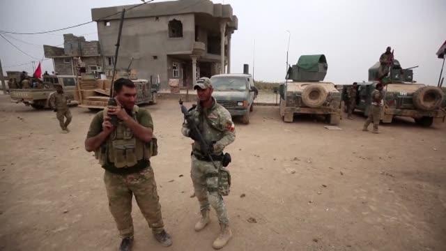 vídeos de stock, filmes e b-roll de las fuerzas iraquies haran una pausa para consolidar sus logros de la ofensiva contra el grupo estado islamico que busca retomar el control de mosul... - irak